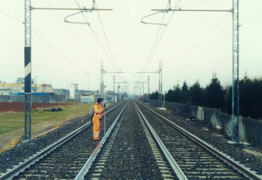 Effettuazione di un rilievo topografico su una linea ferroviaria